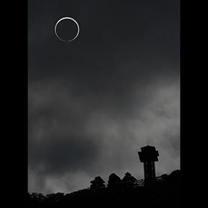 タワーと金環日食